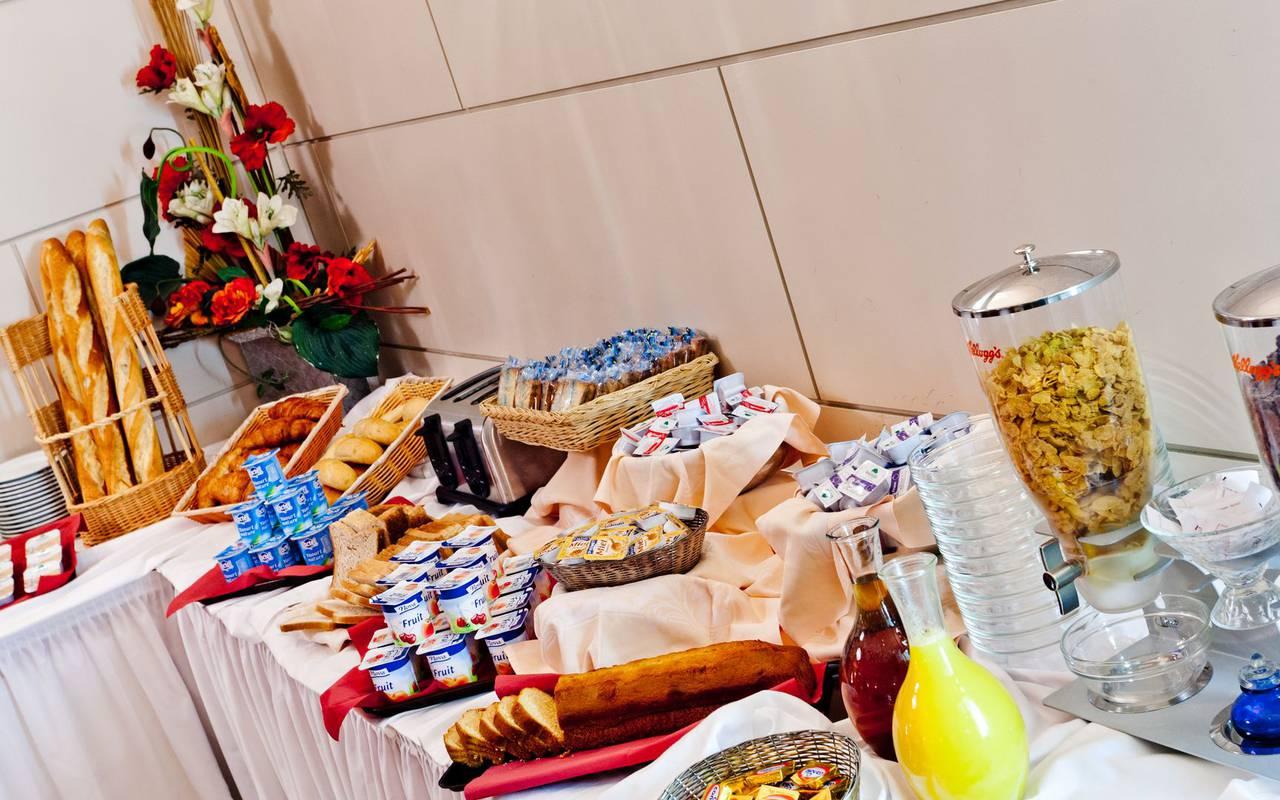 Breakfast buffet, bed and breakfast in Lourdes, Hôtel Continental Lourdes