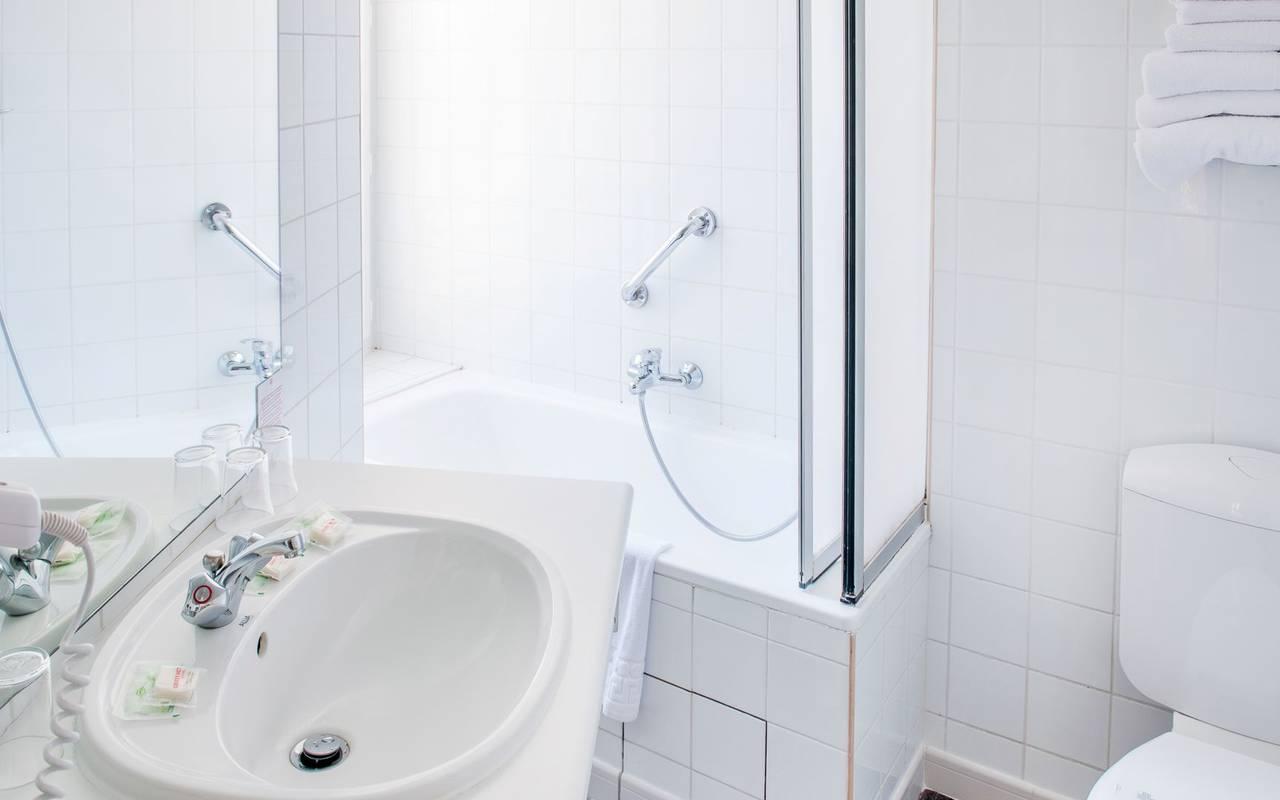 White bathroom, bed and breakfast in Lourdes, Hôtel Continental Lourdes