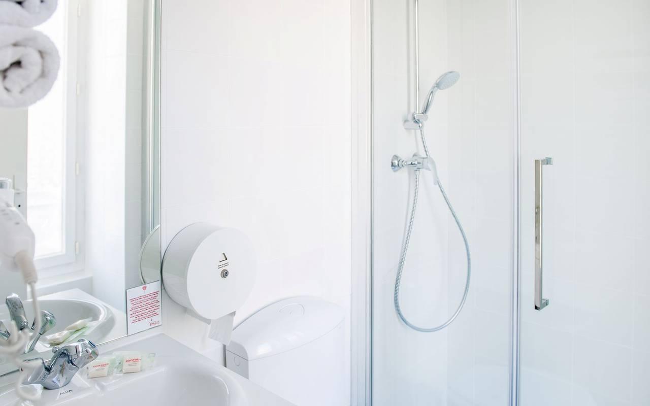 Bathroom with shower, bed and breakfast in Lourdes, Hôtel Continental Lourdes