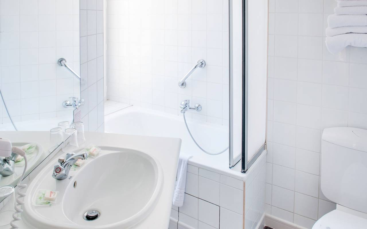 Bathroom with toilet, bed and breakfast in Lourdes, Hôtel Continental Lourdes
